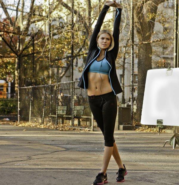 kate-upton-academia-top-legging-tenis