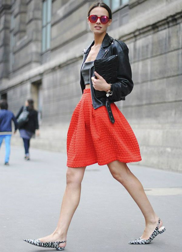 look-casual-friday-saia-midi-blusa-cropped-sapatilha-bico-fino