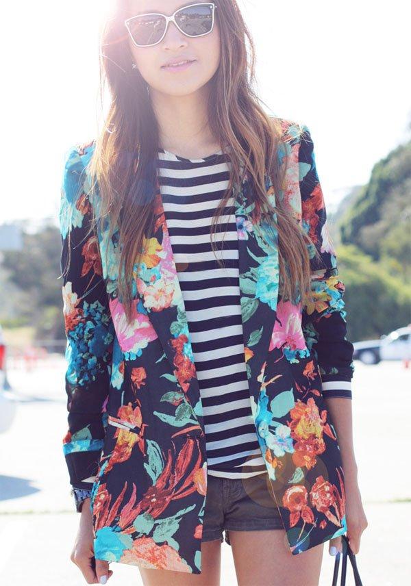 street-style-julie-sarinana-shorts-jeans-blusa-listrada-blazer-estampado