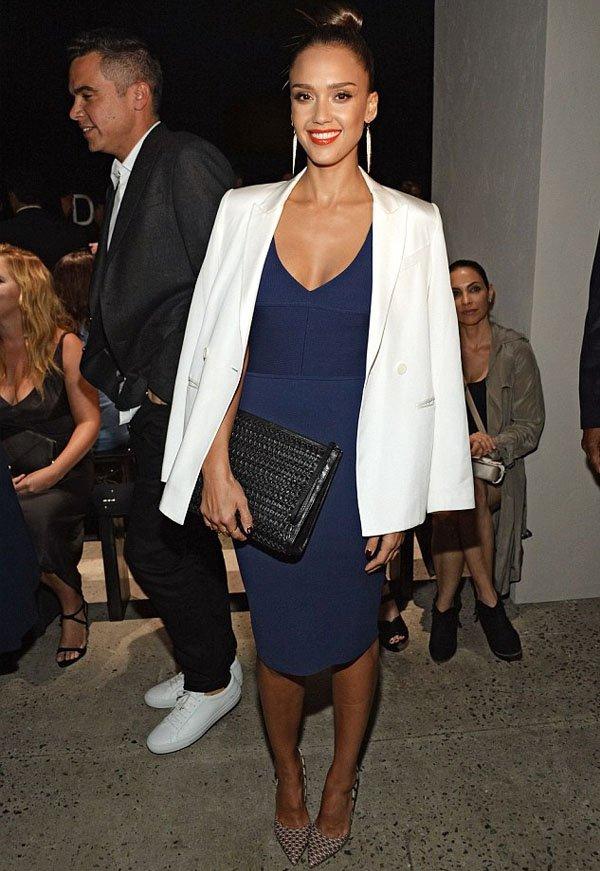 Vestido azul royal com blazer branco
