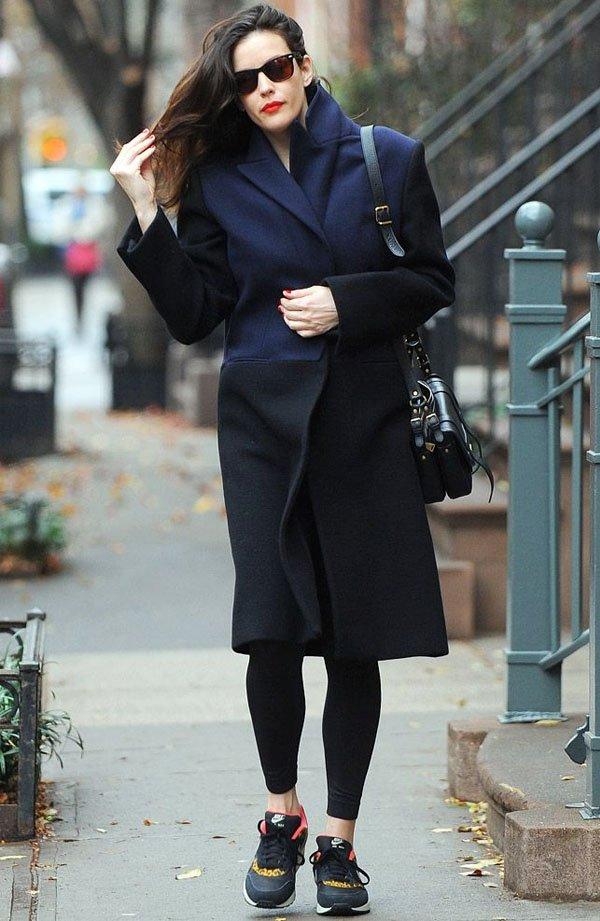 liv-tyler-look-inverno-trench-coat-azul-preto