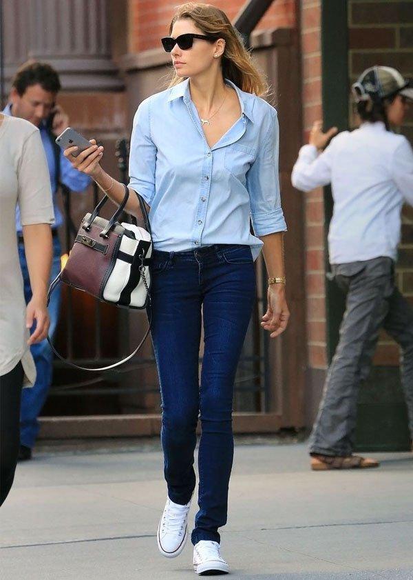 look-basico-calca-jeans-camisa-azul-converse-branco