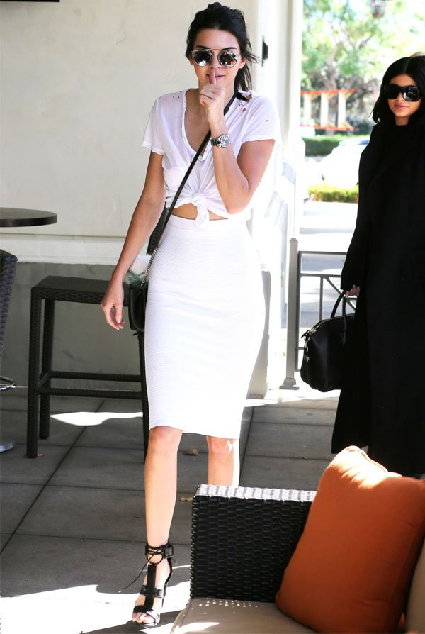 look-basico-kendall-jenner-saia-lapis-blusa-cropped