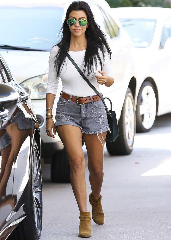 kourtney-kardashian-basico-short-jeans-body-branco-botinha