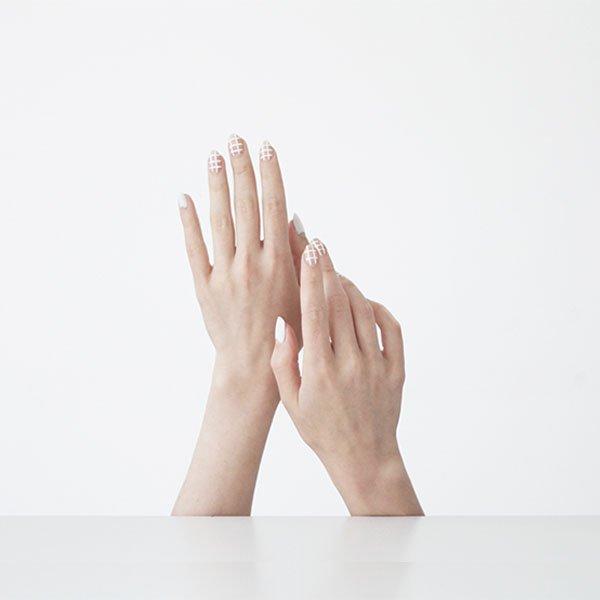 mao-esmalte-xadrez-unha-manicure