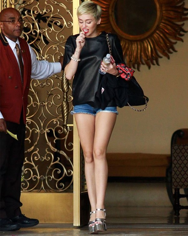 miley-cyrus-look-short-jeans-t-shirt-couro-plataforma