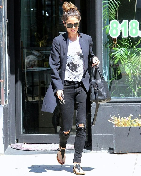nikki-reed-look-street-style-jeans-destroyed-blazer
