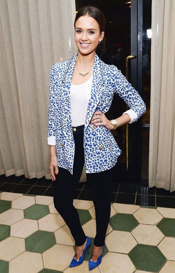 jessica alba look skinny jeans blazer animal print