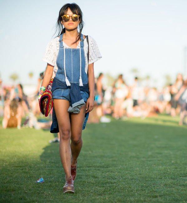 look festival jardineira jeans t-shirt