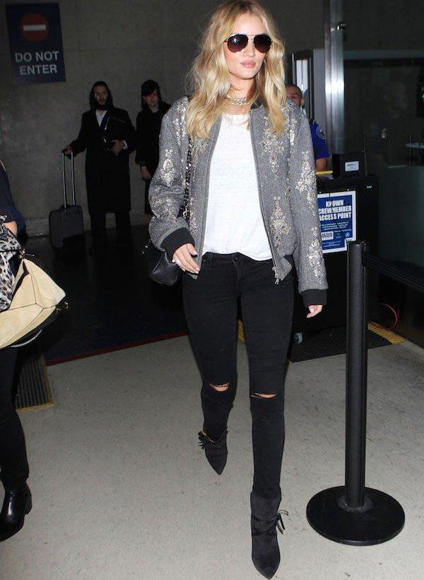 Rosie Huntington-Whiteley com bota e jeans e jaqueta bomber
