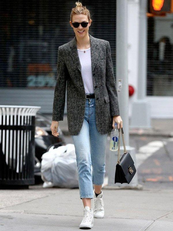 karlie kloss street style blazer tenis jeans