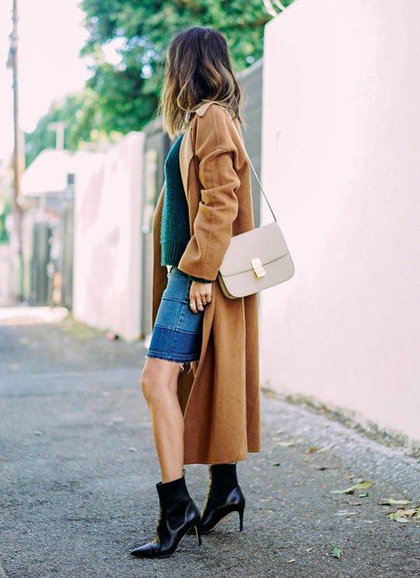 street style de Aimee Song de como usar denim skirt no inverno com casaco longo