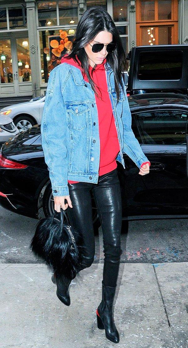 Kendall Jenner street style moletom com jaqueta jeans