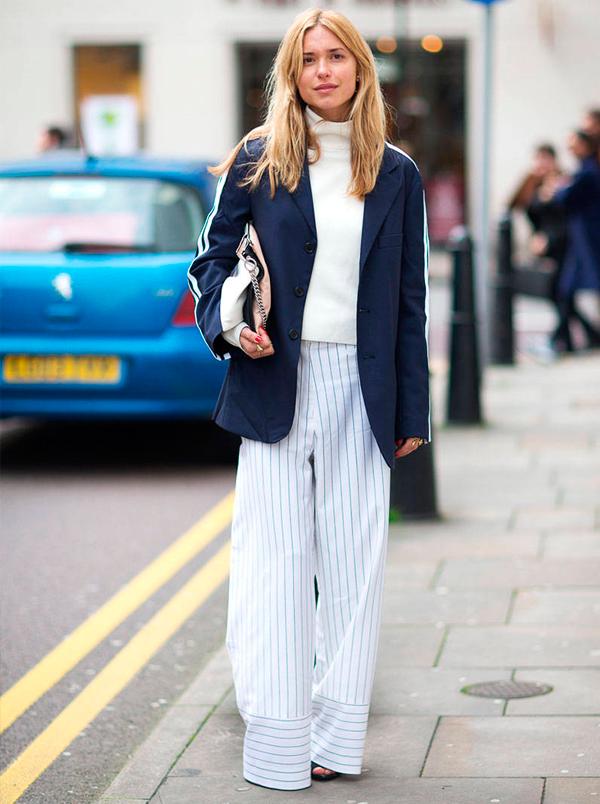 Mulher usa calça com estampa gráfica e blazer