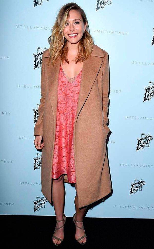 elizabeth olsen com trench coat longo