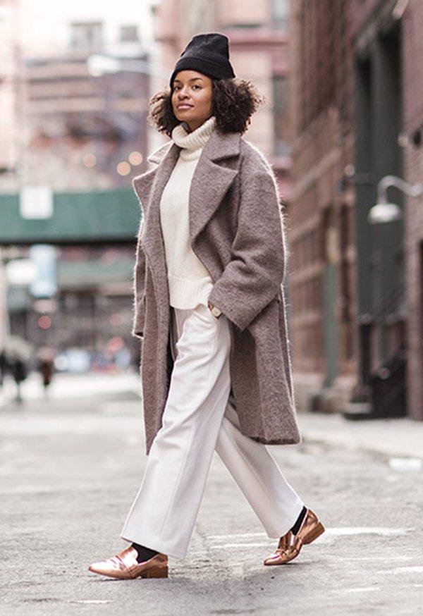 street style all white maxi coat e gorro