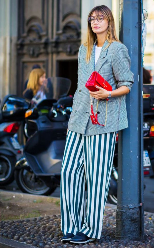 fashionista usa calça listrada com blazer oversized