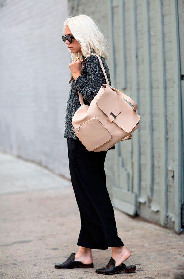 Street style com mochila de couro branca e sapato mule