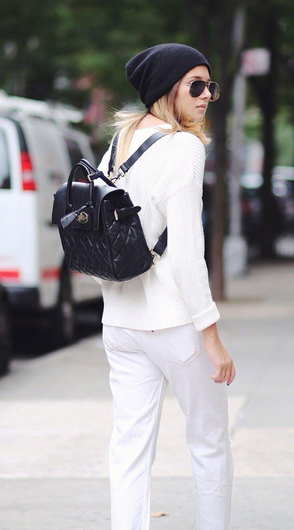 Look street style total branco com mochila de couro preta e gorro