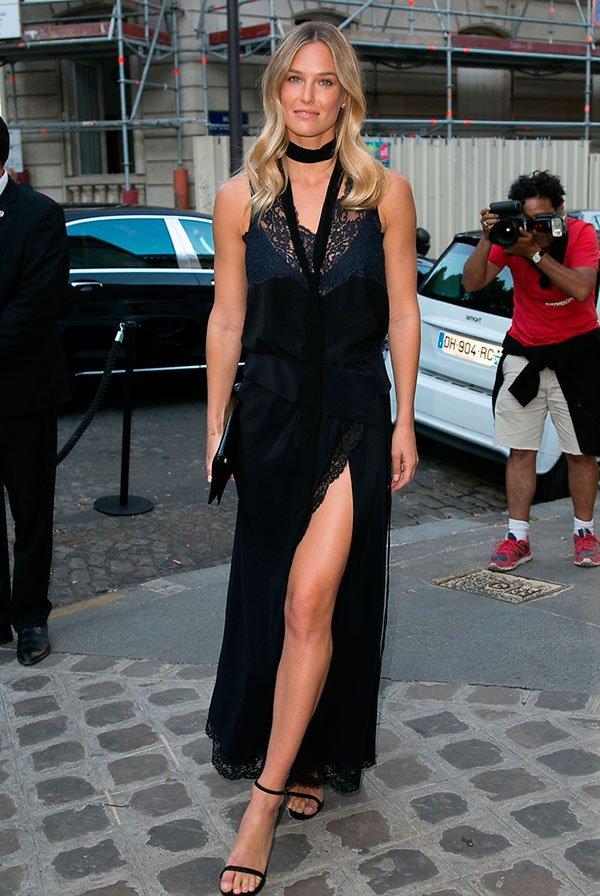 Street style Bar Rafaeli look com vestido longo preto rendado  com Skinny Scarf e sandália tira