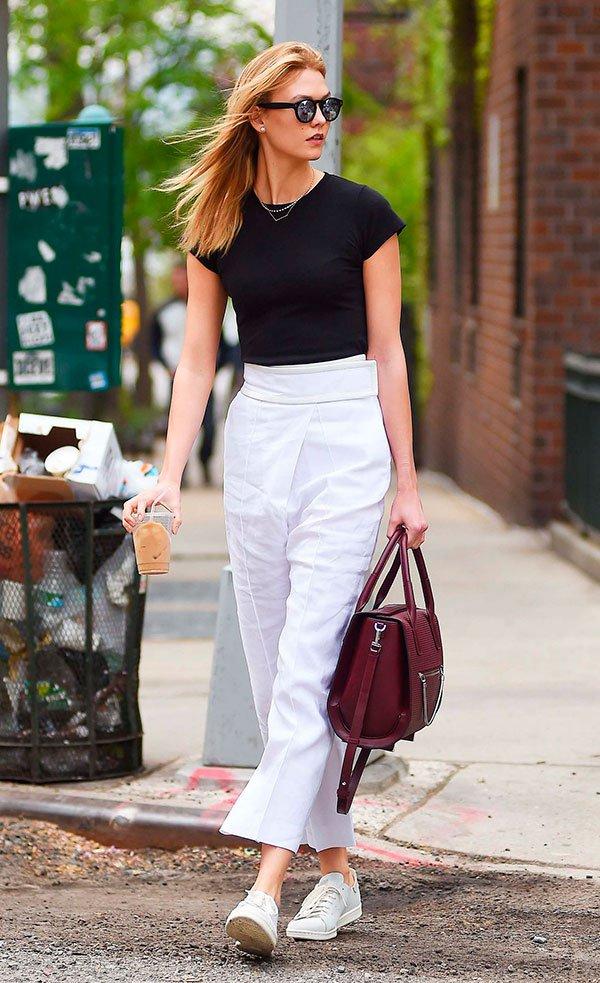 Look street style com calça branca e cropped preta mais tênis branco
