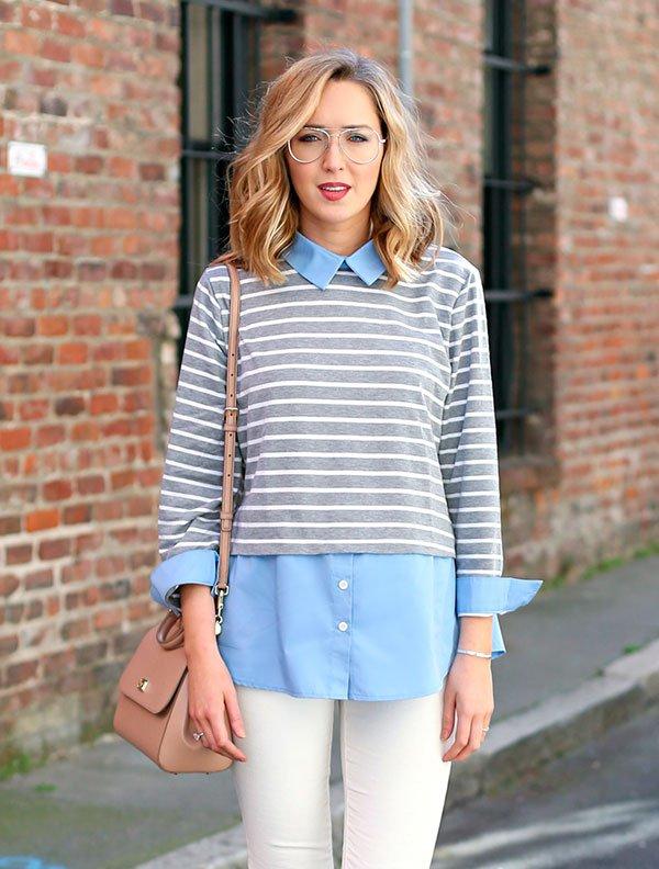 Como usar look com listras em street style com  camisa azul, blusa listrada,calça branca e bolsa rosada.