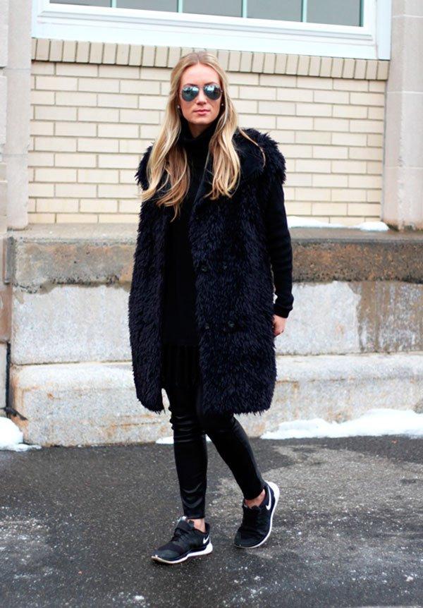 Street style look preto com colete longo de pêlo fake e tênis. b51b3b709b9