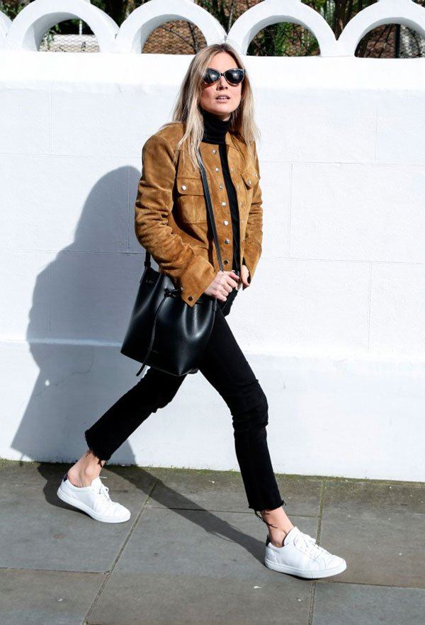 b6657c964bb Street style look usando jaqueta de camurça com calça e blusa preto e tênis  branco