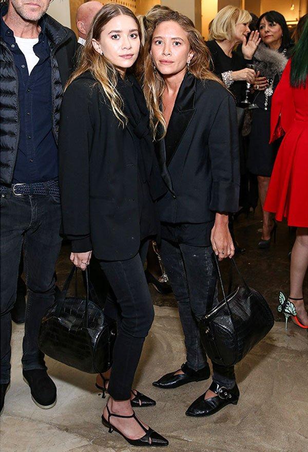 Street style look irmãs Olsen Mary Kate e Ashley usam terno preto com blazer e calça total black