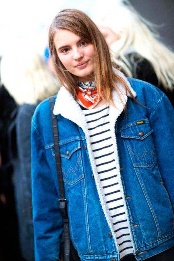 Street style look como usar listras com jaqueta jeans pêlos mais blusa listrada e lenço no pescoço