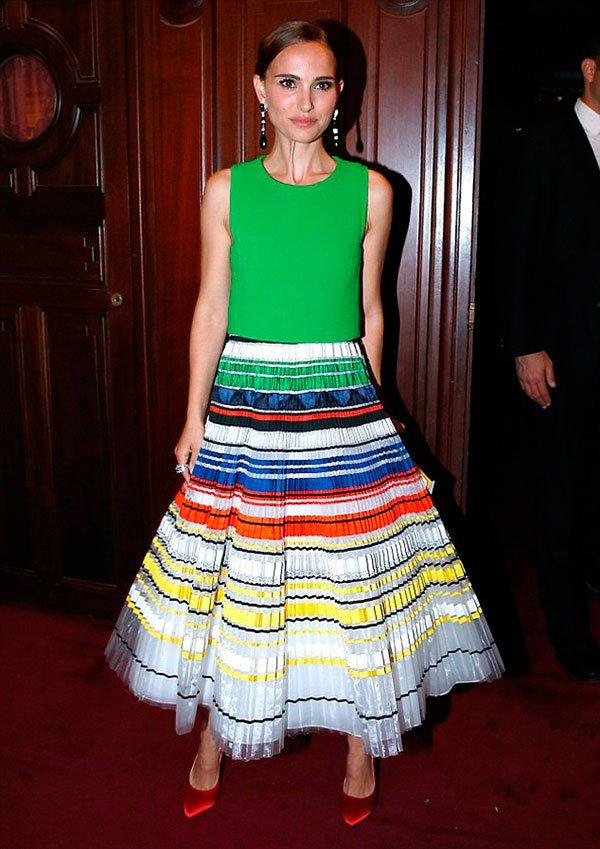 Natalie Portman veste regata verde com saia rodada colorida e scarpin vermelho