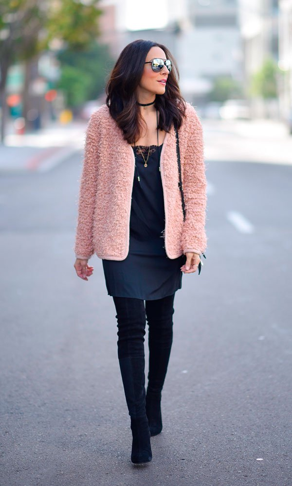 Look street style com bota over the knee e vestido preto com casaco rosa
