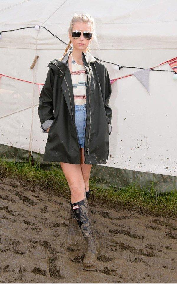 Lottie Moss usa blusa listrada e botas no festival glastonbury