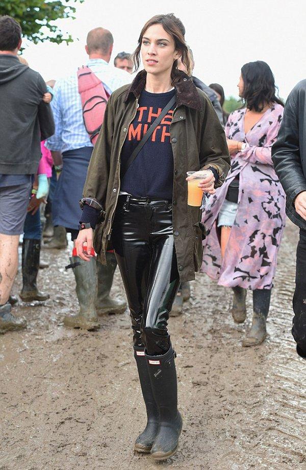 Alexa Chung usa calça envernizada e parka no festival glastonbury
