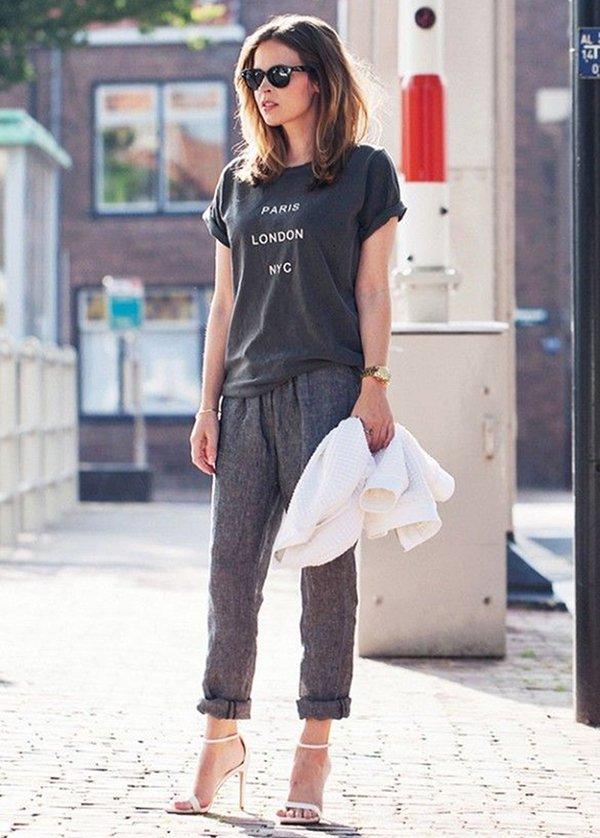 Blogueira aposta em tshirt e sandália off white para look de street style
