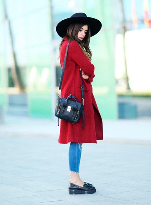 Dulceida look casaco vermelho calça jeans e mocassim
