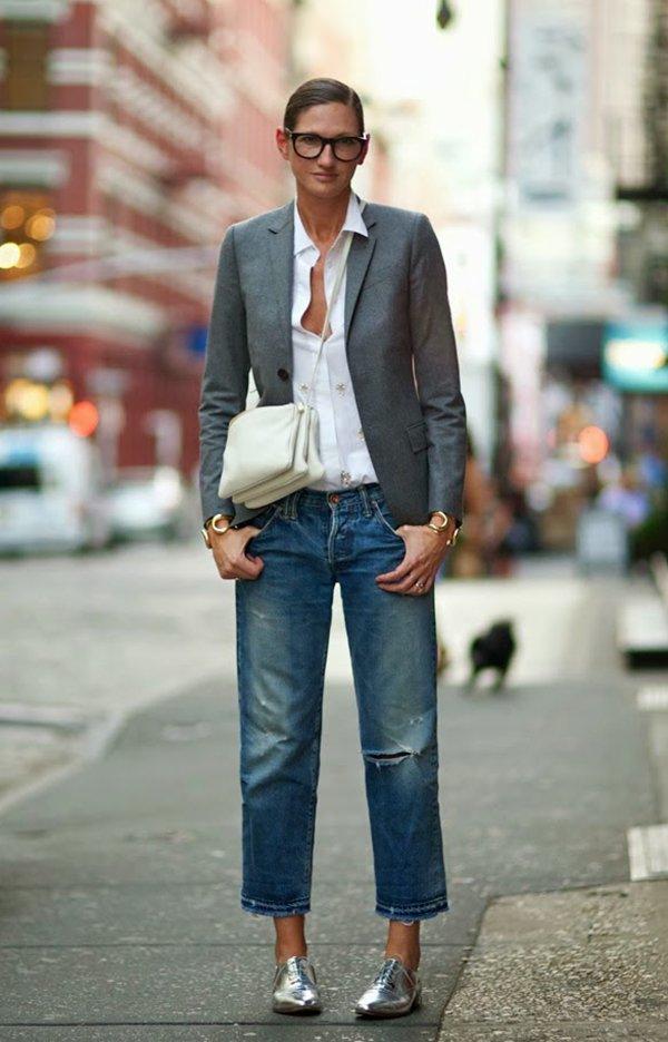 Jenna Lyons inviste no hi-low com look de camisa branca, blazer de alfaiataria cinza, calça jeans cropped, oxford prata metalizado, bolsa céline e óculos de grau