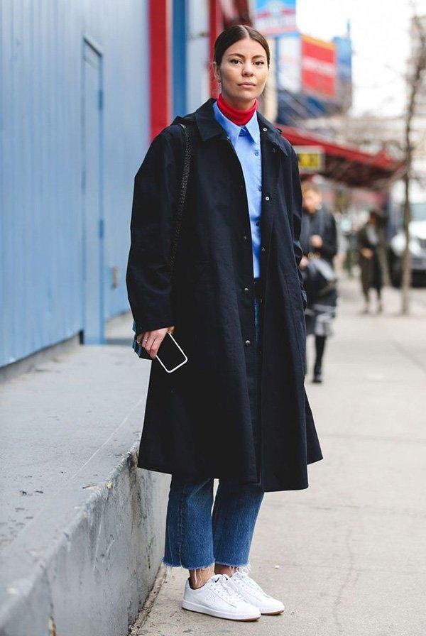 Turtleneck vermelha e camisa azul