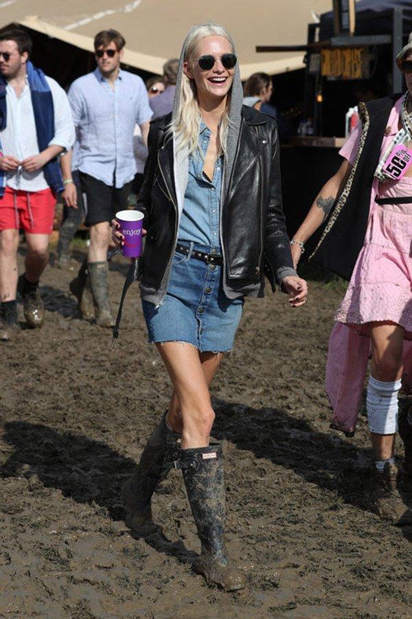 Poppy Delevingne usa look jeans com jeans no festival glastonbury