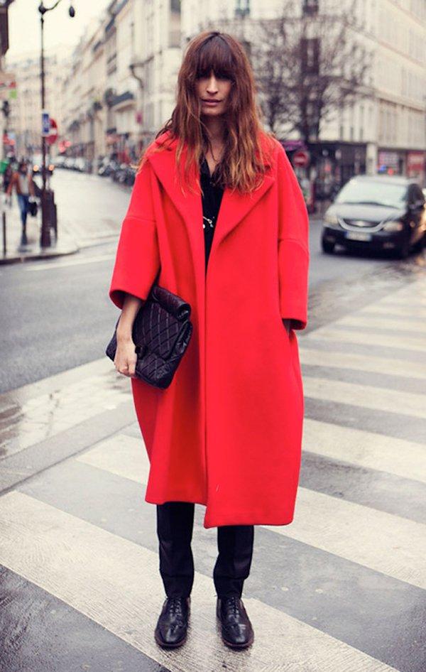 Caroline de Maigret com look total black com casaco sobretudo vermelho, oxford preto e bolsa Chanel preta