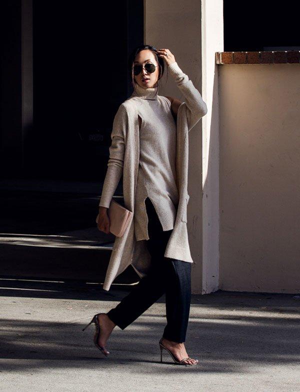 Street style look cardigã longo bege, calça preta alfaiataria e scarpin.