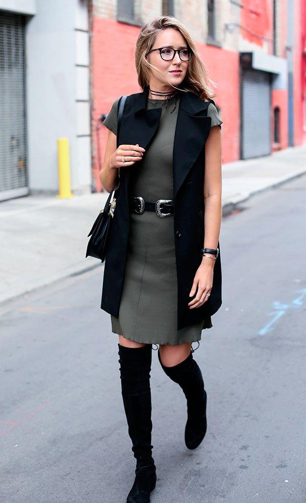 Street style look vestido cinza,colete longo azul marinho e bota over the knee preta.