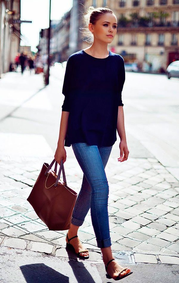 Street style look com calça jeans, blusa manga longa azul marinho e flats preta.