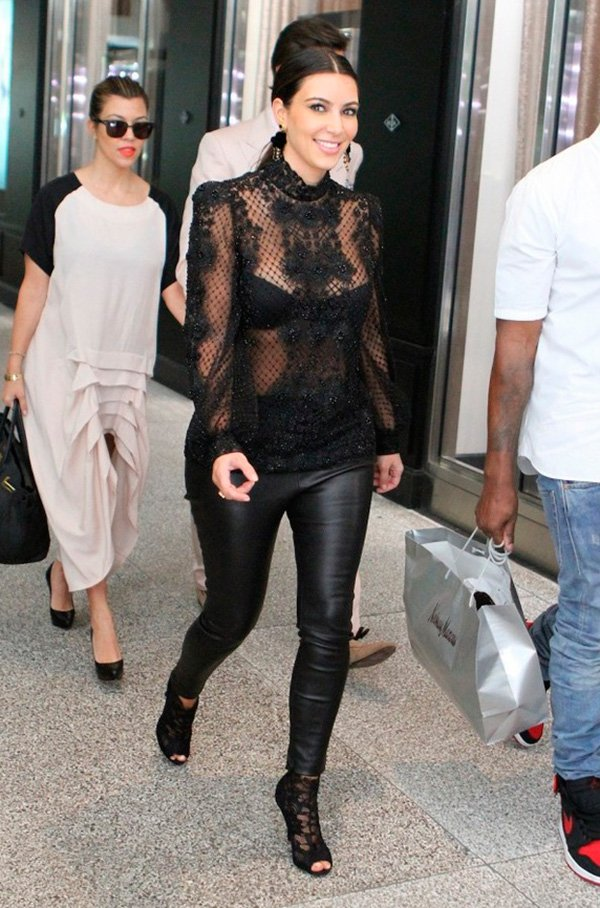 Street style look Kim Kardashian, blusa manga longa rendada, calça couro  e sapato preto.