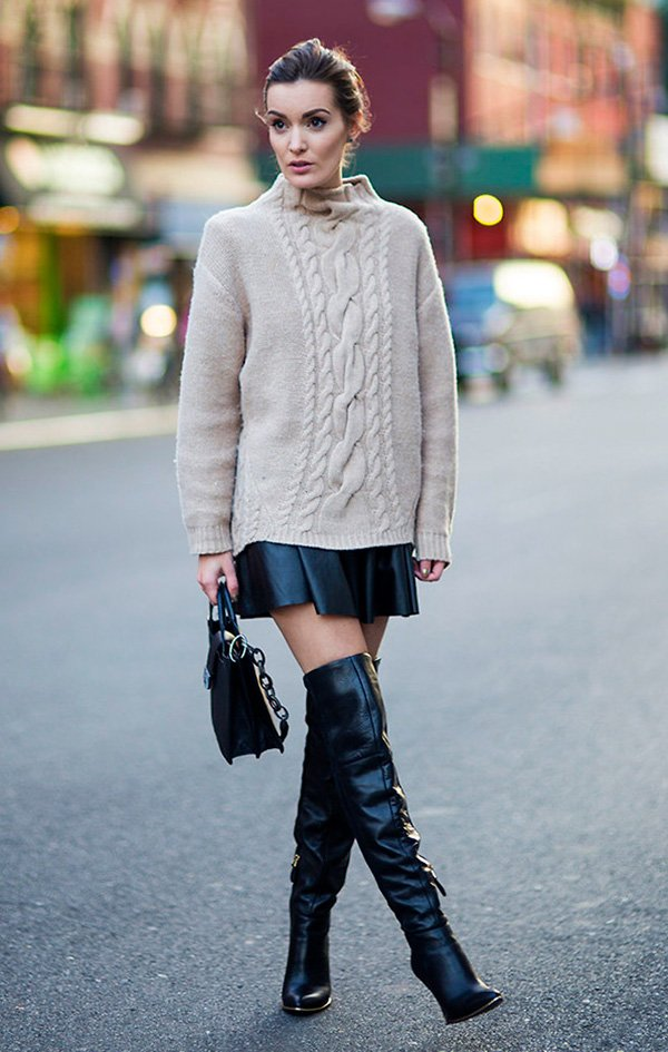 Street style look maxi suéter bege, saia couro preta e bota over the knee.