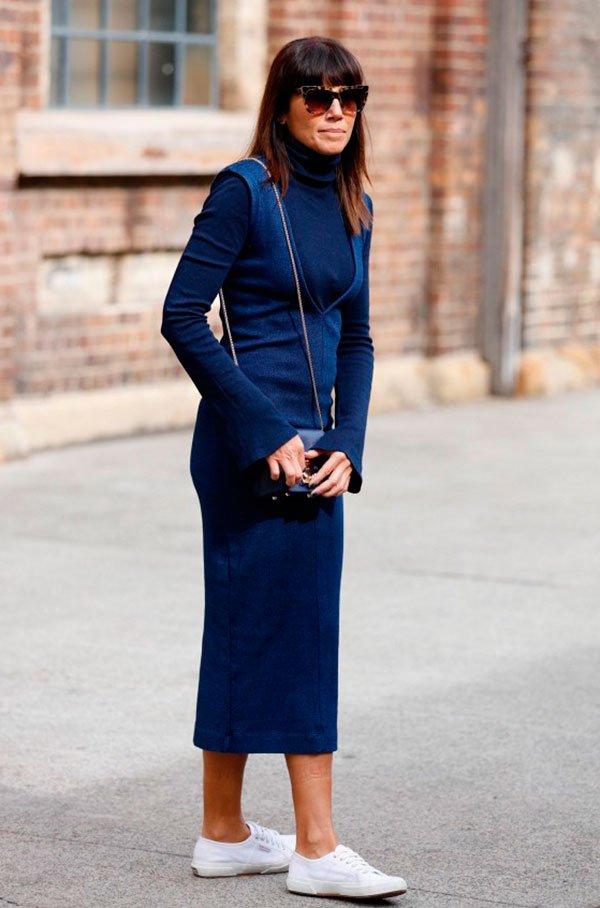 Street style look monocromático azul, vestido, blusa gola e tênis branco.