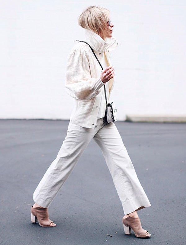 Street style look com casaco gola alta, calça cropped, bolsa corrente.