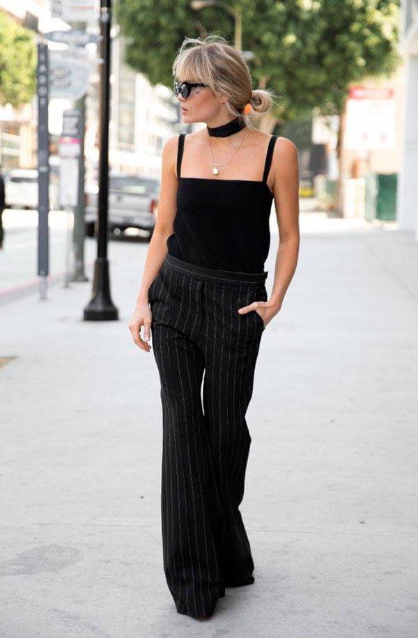 Street style look calça alfaiataria risca de giz, skinny scarf e regata.