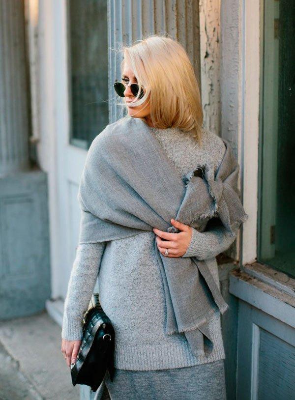 Street style look cinza com vestido, maxi lenço e tênis branco.