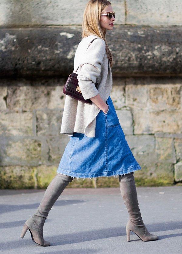 Street style look casaqueto bege, saia midi jeans e bota over the knee cinza.